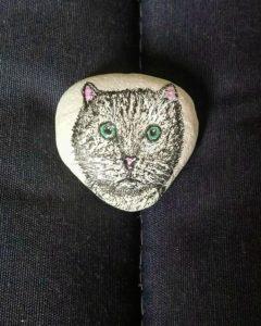 chat mignon dessiné sur un galet