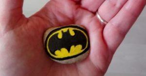 logo batman peint au Posca sur un galet