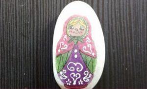 poupée russe peinte sur un galet