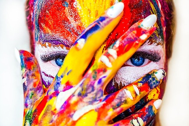 visage plein de peinture